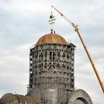 Pentru instalarea crucii a fost adusă o macara specială de la Baia Mare / Foto: Doru Filipaș
