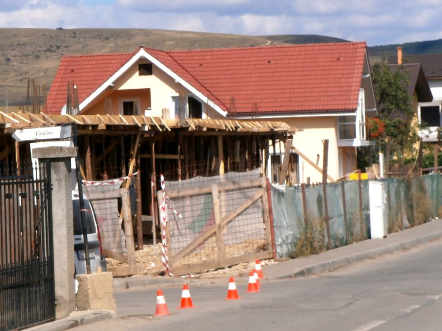 Aberații imobiliare la Cluj-Napoca. Prefectul atacă extinderea unei case cu trei blocuri