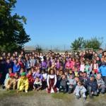Beneficiarii Asociaţiei STEA,   împreună cu copiii de la şcoala din Mădăras