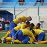 Jucătorii Olimpiei,   într-un meleu al bucuriei,   după încă un rezultat pozitiv obţinut pe sfârşit de meci