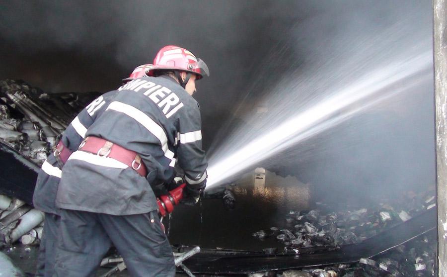 Incendiul nu s-a soldat cu victime, însă familia a rămas fără casă și grajdul pentru animale (Foto: citynews.ro)