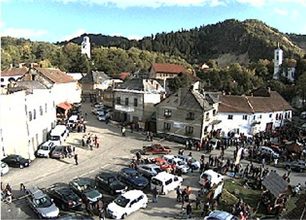 Câteva zeci de localnici favorabili proiectului minier s-au strâns în centrul comunei Roșia Montană/ Foto: captură webcam