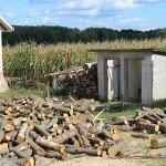 Toaletă tip latrină la o școală din județul Satu Mare