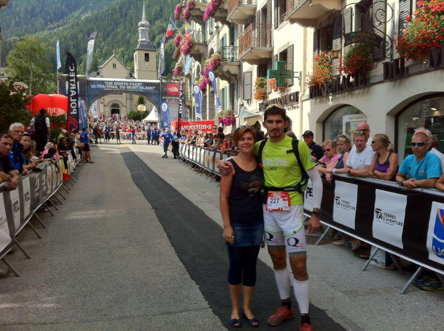 Zsolt, înaintea startului la UTMB, alături de principalul său susţinător, soţia lui/Foto: Arhiva personala