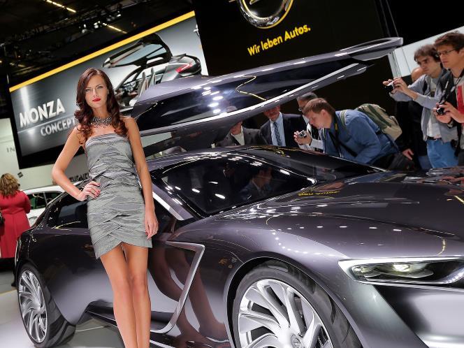 Salonul de la Frankfurt: automobilul şi sexul frumos