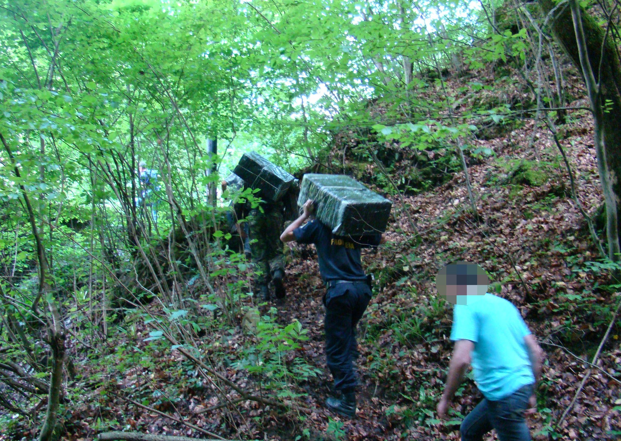 Țigări descoperite în Munții Maramureșului,   dar și în podeaua dublă a unui autoturism