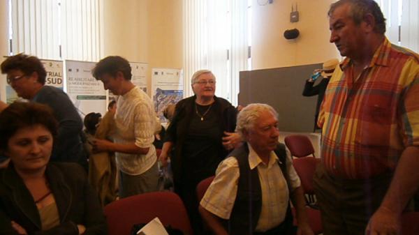 Bistrițenii prezenți astăzi la ședința Consiliului Local au părăsit sala huiduind și aplaudând ironic,   supărați că nu au fost lăsați să vorbească