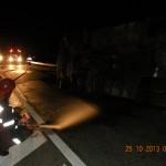Autocisterna s-a răsturnat în jurul orei 22.00 (Foto ISU Sălaj)