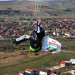 Roșia Montană și-a găsit suținători la altitudine ,   parapantiști afișând mai multe bannere împotriva proiectului. (Foto: DAN BODEA)