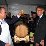 Emil Boc,   celebrând victoria asupra butoiului de bere. (FOTO: Dan Bodea)