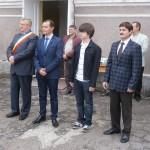 Rareș Buhai,  cel mai de seamă olimpic al Bistriței alături de oficialitățile municipiului și profesorul-antrenor Constantin Gălățan (primul din stânga imaginii).