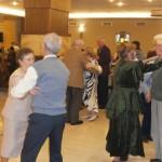 Domnii și-au luat la dans partenerele, în amintirea vremurilor când reumatismul era doar o glumă bună.
