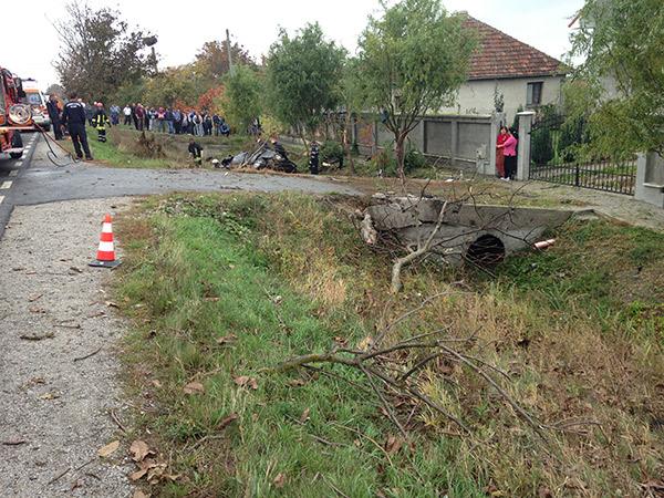 Maşina a intrat într-un copac,   după care a fost proiectată într-un cap de pod