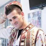 Ca să fie cât mai convingător că se simte român,   Cadu s-a lăsat fotografiat de Prosport în straie populare ardeleneşti / Foto prosport.ro