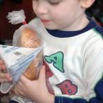Copiii din Sălaj primesc cornuri doar de o săptămână