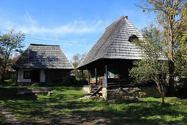 Satul de vacanță este alcătuit din case tradiționale