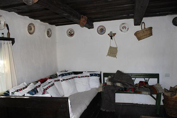 Turiştii plătesc 60 de euro pentru o noapte de cazare într-o cameră rustică
