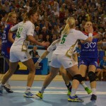 Melinda Geiger (foto,   la minge) a fost şi în jocul de la Roman,   decisivă pentru HCM aia Mare / Foto Bogdan Purcaru