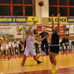 Eniko Laza (echipament alb) a fost cea mai activă jucătoare a sătmărencelor în confruntarea cu CST Alexandria