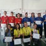 Echipa de spadă a CS Satu Mare ( echipament alb roşu) a cucerit medalia de aur la C.N de spadă speranţe.Foto/Prosport.ro