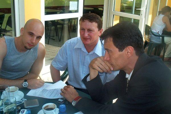 Dejan Dukovcic semnând contractul cu echipa de baschet,   alături de Remus Lăpușan și Mircea Cristescu/ Foto: Dan Bodea