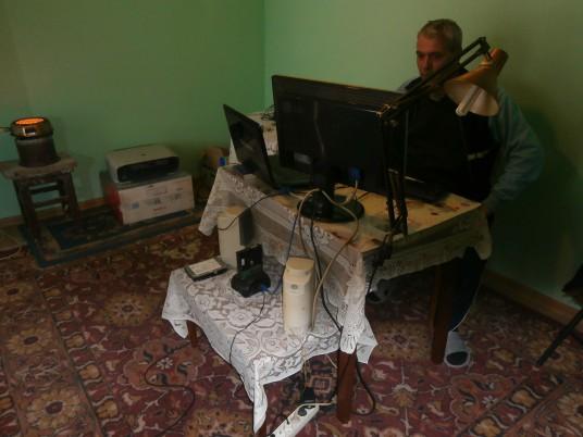 """Inventatorul Vasile Hangan,   la """"locul de muncă""""/ Foto: Bogdan Stanciu"""