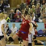 """Roxana Cârjan (foto,   în roșu),   tânăra de doar 19 ani a lui """"U"""" Jolidon,   a reușit un gol în partida retur cu PAOK Salonic. (Foto: Dan Bodea)"""