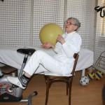 profesorul și kinetoterapeutul Rodica Petruș efectuând unul dintre propriile exerciții fizice  cu rezultate maxime Foto: Dan Bodea