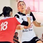 Melinda Geiger (foto,   în alb) a marcat de 7 ori în poarta Coronei din Braşov,   dar gazdele au administrat prima înfrângere echipei maramureşene în actualul campionat