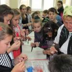 Dorina Ştefănuţiu le-a explicat copiilor tehnica de confecţionare a brăţărilor