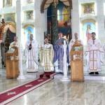 Iconostasul este construit integral din piatră albă