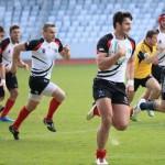 """Daniel Martac (foto,   la minge) este unul dintre cele mai bune produse ale echipei de rugby """"U"""" Cluj şi va evolua în Anglia la Portsmouth"""