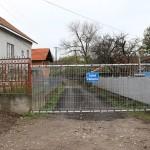 Familia a blocat drumul public aflat pe un teren ce le-a fost retrocedat în natură în urmă cu cinci ani