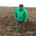Oamenii au descoperit o groapă pe câmp,   la marginea drumului