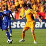 Dacă va fi folosit de Victor Piţurcă în dubla cu Grecia,   Răzvan Cociş (foto,   în galben) va bifa selecţia cu numărul 50 la echipa naţională a României