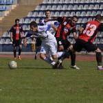 Atacantul împrumutat de CFR Cluj la CSM Râmnicu Vâlcea,   Sergiu Negruţ (foto,   la minge) a marcat golul care i-a propulsat pe olteni în fruntea clasamentului ligii secunde