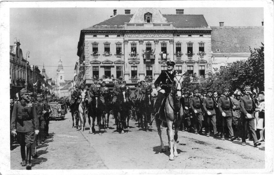 Intrarea lui Miklós Horthy la Satu Mare,   în toamna anului 1940. Ca o consecință a hotărârilor Dictatului de la Viena,   teritoriile nordice și vestice ale Transilvaniei au fost anexate la Regatul Ungar.