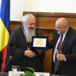 Unul dintre premianții zilei a fost ÎPS Andrei Andreicuț (foto stânga)