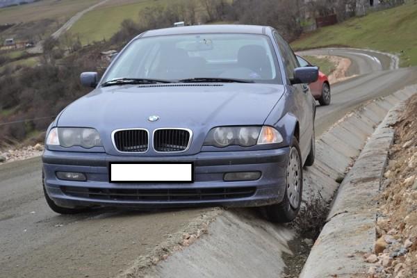 Încă neinaugurată oficial,   centura a făcut deja o victimă. cum service-uri nu există în zonă,   șoferul și-a abandonat mașina pe marginea drumului (Foto: Radu Hângănuț)