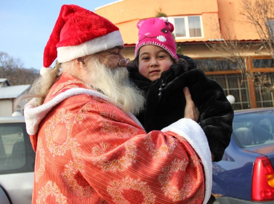 Moșul Fane Nagy, oprindu-se pe stradă pentru o scurtă îmbrățișare/Foto: Dan Bodea