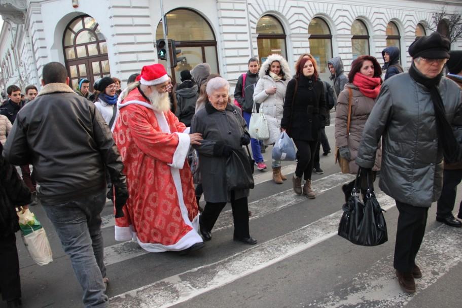 Nu doar cei mici au privilegiul de a-l întâlni pe Moș Crăciun chiar pe străzile Clujului/Foto: Dan Bodea