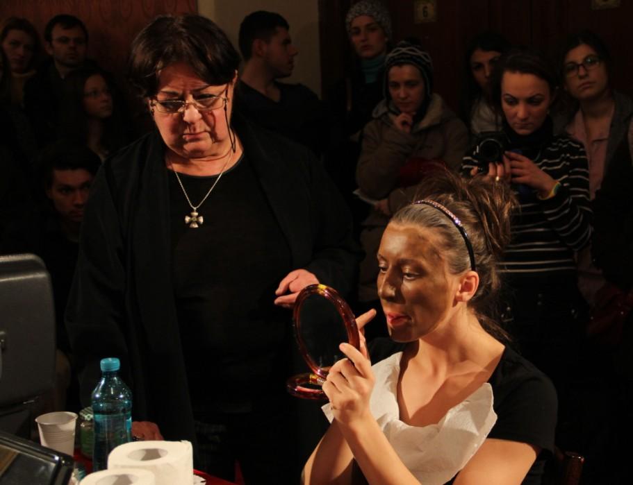 Actrița Melania Ursu,   în timpul atelierului de machiaj scenic/Foto: Dan Bodea