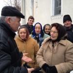 """Instructorul ansamblului """"Dor Transilvan"""" cerând părerea oamenilor din Bârlea cu privire la colindul antisemit/Foto: Cristina Beligăr"""