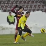 Eficacitatea lui BojanGolubovic (foto,   în galben) a atras atenţia conducătorilor de la CFR Cluj care îl vor în echipă încă din această iarnă / Foto: Dan Bodea