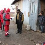 Voluntarii Crucii Roșii au ajuns la familia David,   una dintre cele mai numeroase din sat/Foto: Dan Bodea