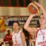 Andreea Orosz (foto,   la minge) a fost martoră a dezastrului echipei sale,   46-90,   în deplasarea de la ICIM Arad
