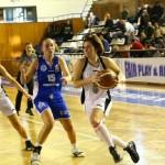 Flavia Ferenczi a pus 18 puncte pe tabelă,   în meciul cu Phoenix Galaţi,   dar nu a putut evita înfrângere Universităţii Cluj / Foto: Dan Bodea