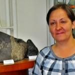 Muzeograful Luminiţa Zaharia,   de la Muzeul de Mineralogie Cluj,   lân gă meteoritul de la Mociu/ Foto: Septimiu Avram