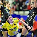 Pivotul naţionalei feminine de handbal a României,   Oana Manea (foto,   în galben) a evoluat cu entorsă în meciul cu Australia şi este incertă pentru confruntarea cu Ungaria