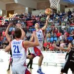 Cu 22 de puncte marcate în meciul cu Krasnie din FIBA Eurochallenge Titus Nicoară (foto,   la minge) a fost cel mai bun marcator al CSM-ului din Oradea